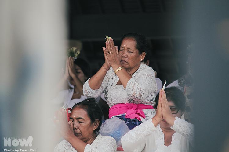 Balinese Praying Fauzi Rizal