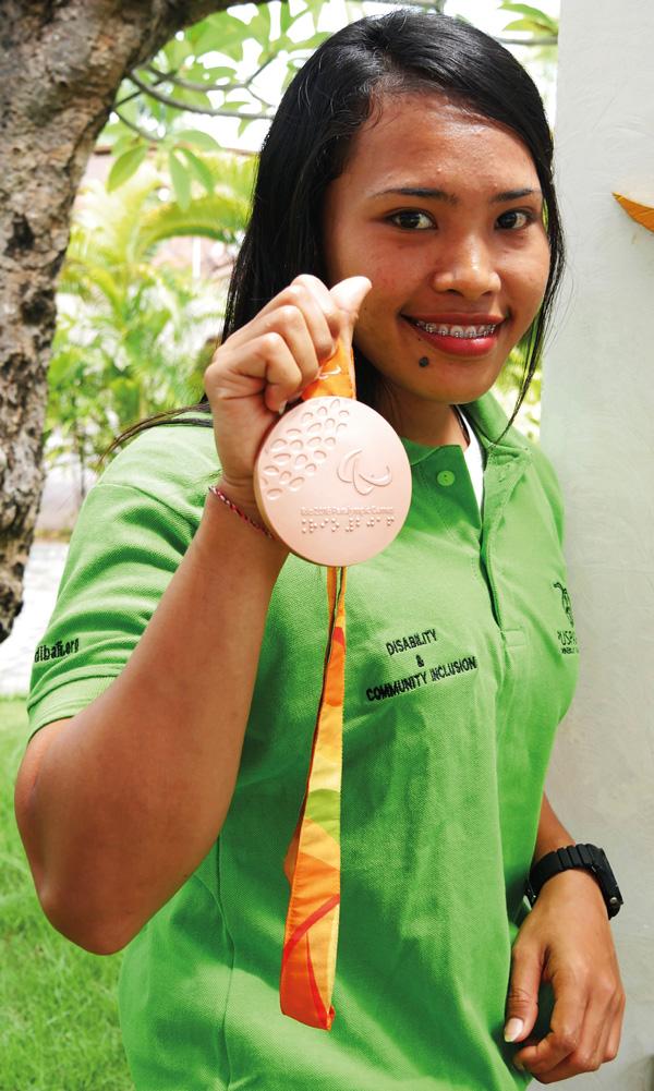 Bali Heroes Puspadi Widiaish holding Rio Paralympics medal