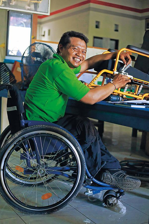 Bali-Heroes---Puspadi---assembling-wheelchairs