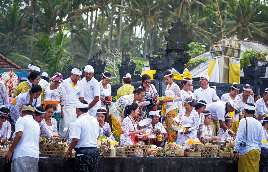 One of the many ceremonies that the puri assists with, this was held at Kelating Beach, Kerambitan