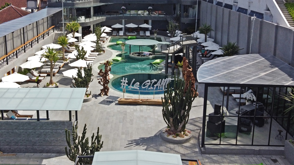 Le Giant Pool & Bar